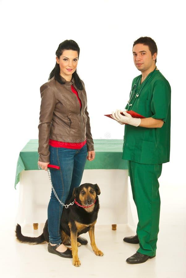 Eigenaar met hond in veterinair bureau royalty-vrije stock fotografie