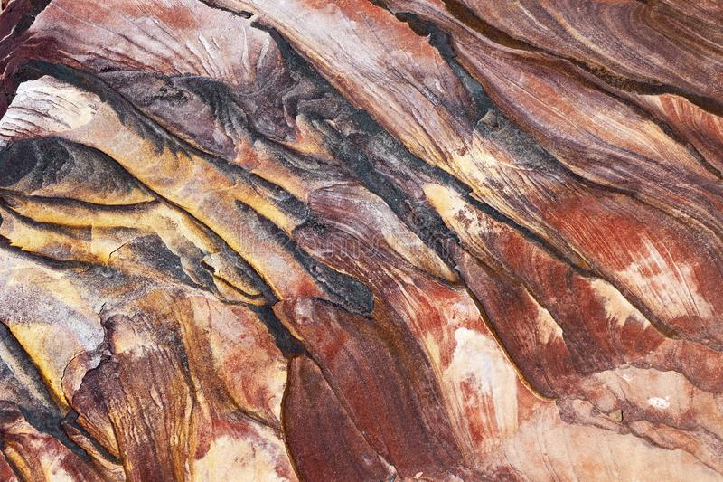 Eigenartige natürliche Gesteinsschichten in PETRA, Jordanien stockfotografie
