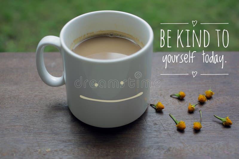 Eigener inspirierender Motivationsansatz - Seien Sie freundlich zu sich selbst Mit einem Lächeln des weißen Kaffees auf dem Holzt lizenzfreies stockfoto