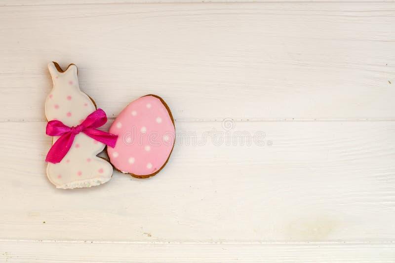Eigengemaakt de peperkoekkoekje van Pasen over houten lijst + EPS8 vectordossier Het konijn van Pasen Concept Gelukkige Pasen Voo stock foto