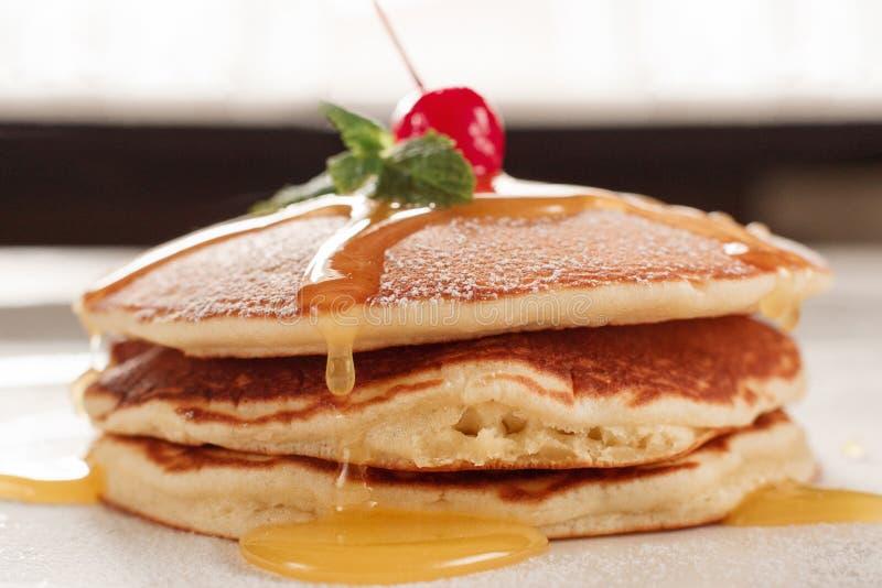 Eigengemaakt dessert Gebraden pannekoeken met honing royalty-vrije stock fotografie