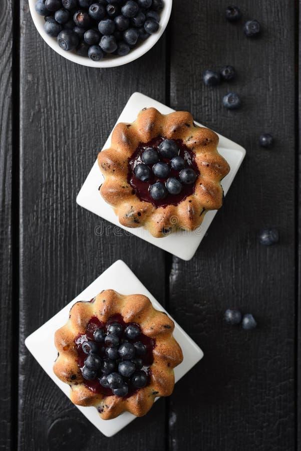 Eigengemaakt dessert Yummy cakes met jam en de wilde bosbessen op zwarte hoogste mening als achtergrond kopiëren ruimte Rustig st royalty-vrije stock fotografie