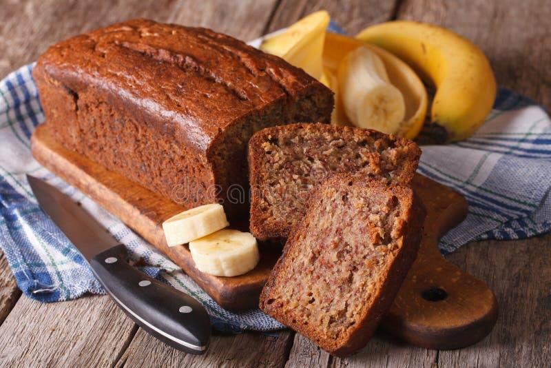 Eigengemaakt die banaanbrood op een lijstclose-up wordt gesneden horizontaal royalty-vrije stock foto's