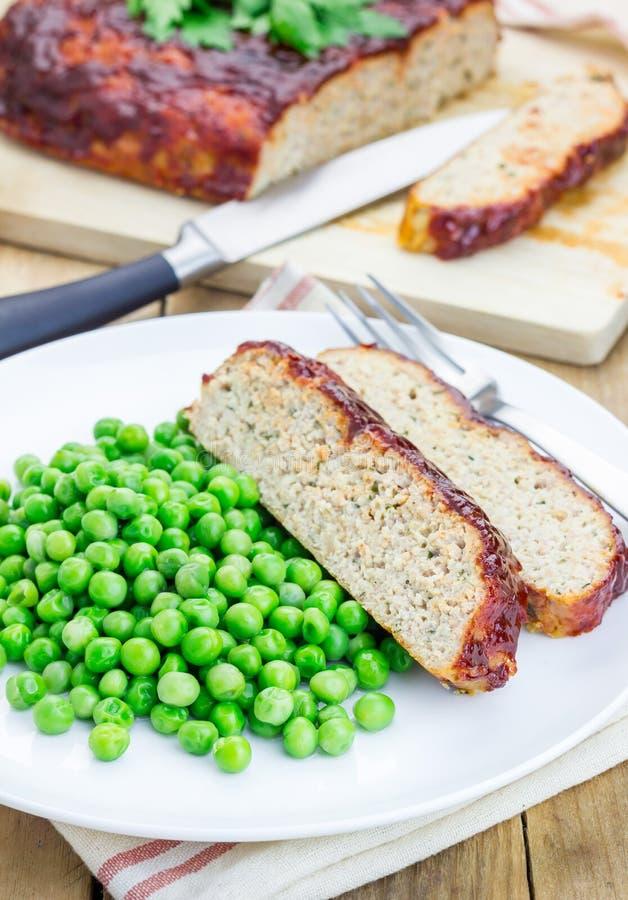 Eigengemaakt die gehaktbrood met groene erwten wordt versierd royalty-vrije stock foto's