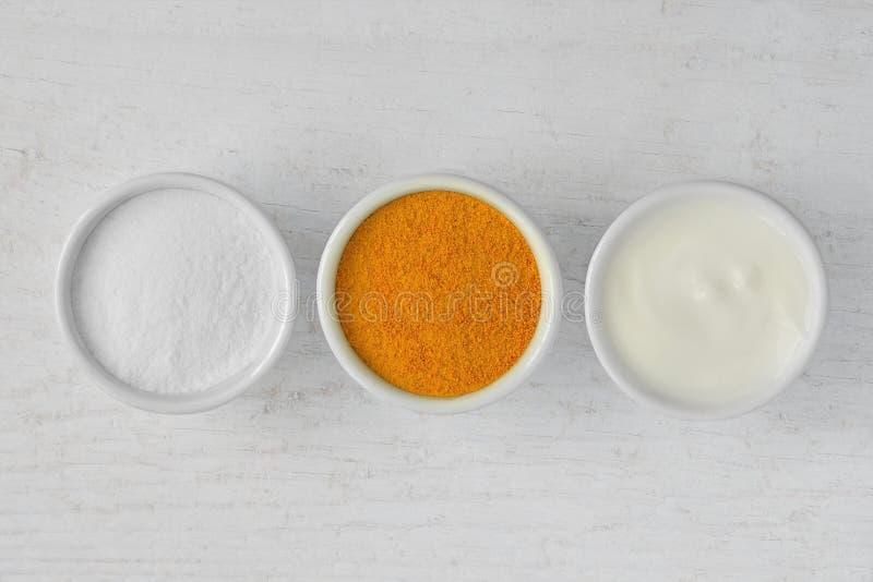 Eigengemaakt die gezichtsmasker uit rijstbloem, kurkuma en yoghurt wordt gemaakt stock foto's