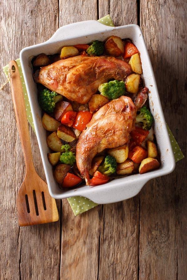 Eigengemaakt dieetdiekonijn met groentenclose-up wordt gebakken in een baki stock foto's