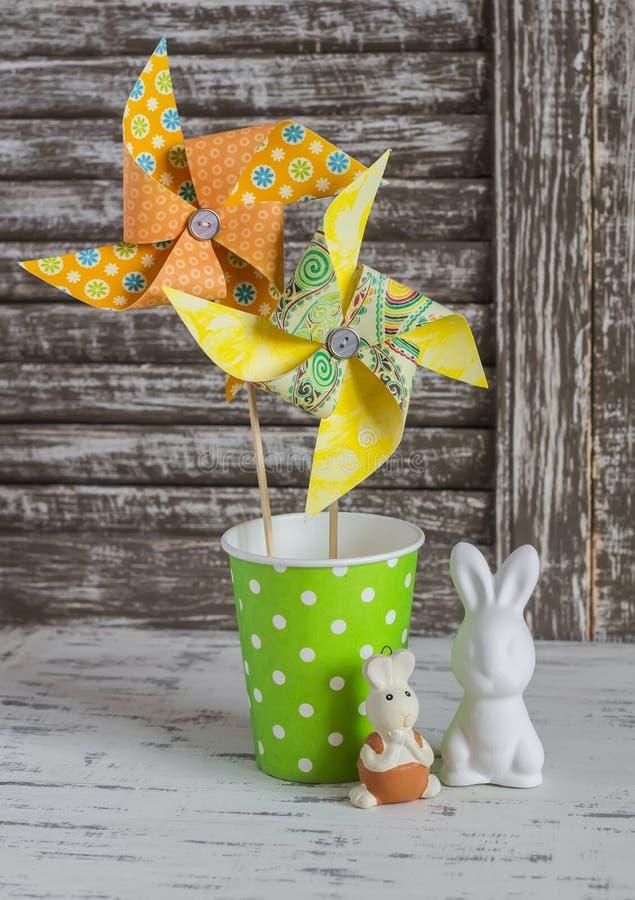 Eigengemaakt document vuurrad, ceramische konijntjes op een lichte rustieke houten lijst Het stilleven van Pasen royalty-vrije stock afbeelding