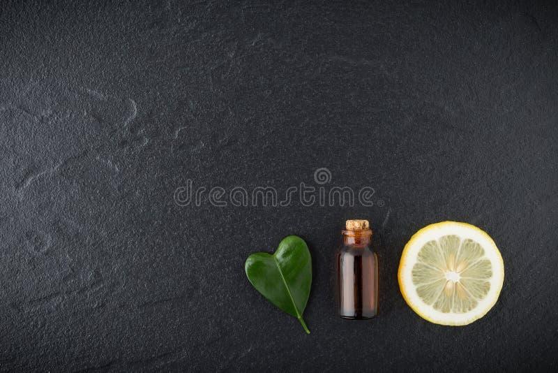 Eigengemaakt etherische olieconcept Flessenetherische olie met plak stock afbeeldingen