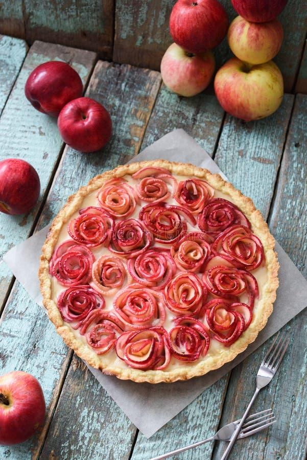 Eigengemaakt feestelijk dessert De smakelijke appel nam pastei met roomfillin toe stock afbeeldingen