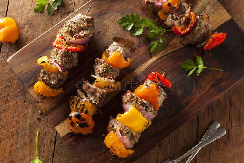 Eigengemaakt Geroosterd Lapje vlees en Veggie Kebabs stock afbeeldingen