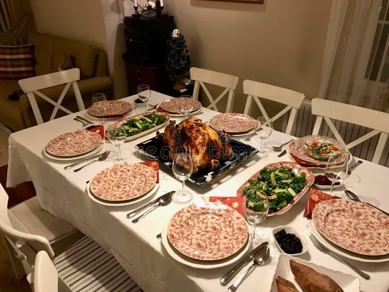 Eigengemaakt Geroosterd Thanksgiving day Turkije met alle Kanten bij Dinerlijst stock foto