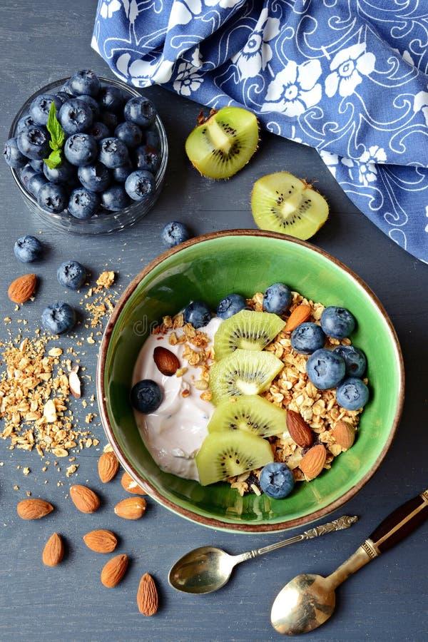 Eigengemaakt Gezond Ontbijt met yoghurt, granola en bessen stock foto's