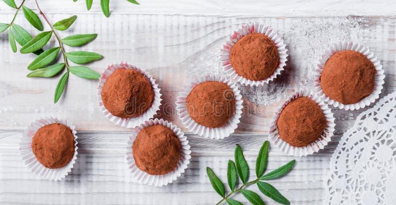 Eigengemaakt het suikergoeddessert van Chocoladetruffels op houten dichte omhooggaand als achtergrond Heerlijke chocoladepraline  stock foto