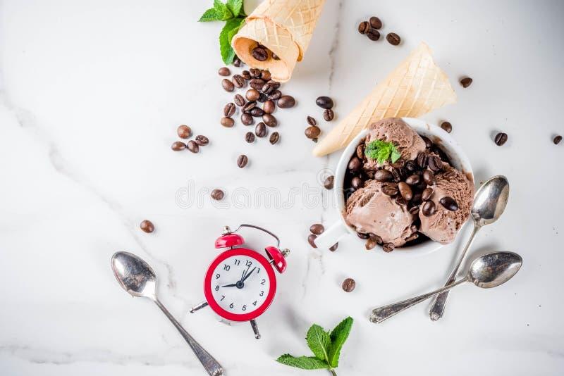 Eigengemaakt koffieroomijs stock afbeelding