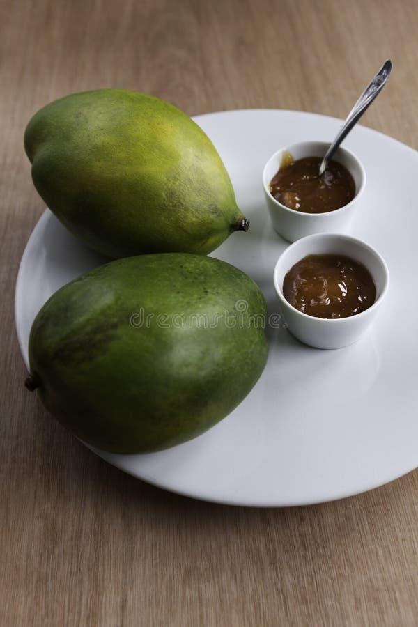 Eigengemaakt mangochutney met mango's stock foto's