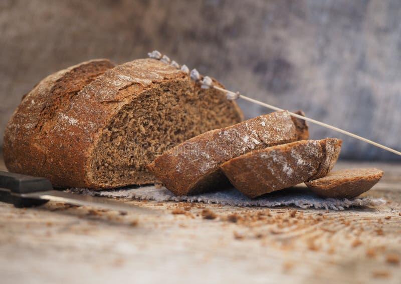 Eigengemaakt ongedesemd die brood van rogge en tarwemeel wordt gemaakt stock foto