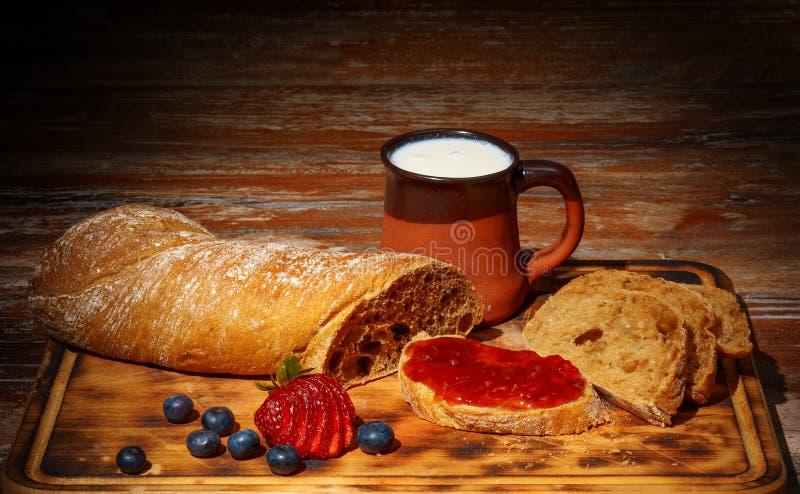 Eigengemaakt ontbijt met jam, melk en brood stock foto's