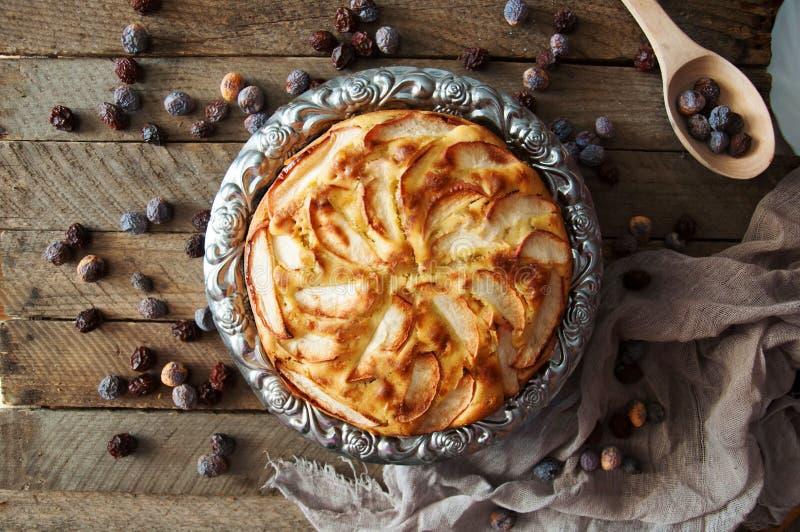 Eigengemaakt organisch appeltaartdessert klaar te eten Heerlijke en mooie appeltaart op een houten lijst, aangaande een rustiek h stock fotografie
