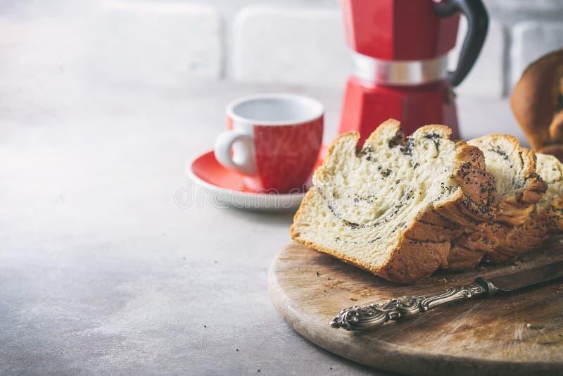 Eigengemaakt papaverzaad gevlecht brood Kroon Nationale gebakjes Babka stock afbeeldingen