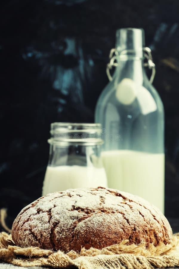 Eigengemaakt roggebrood en verse melk, rustige, selectieve nadruk royalty-vrije stock afbeelding