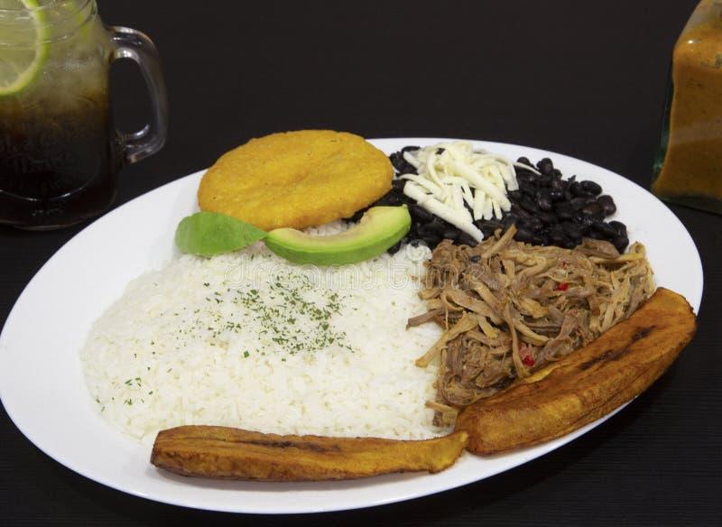 Eigengemaakt Venezolaans voedsel Traditionele Venezolaanse Schotel Pabelloncriollo Witte rijst, zwarte bonen, gebraden weegbree e stock fotografie