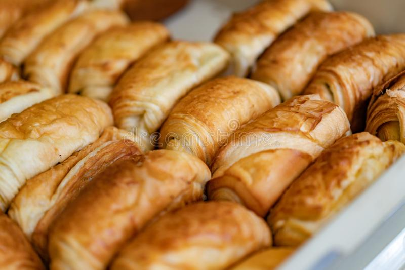 Eigengemaakt vers brood op het dienblad klaar om voor ontbijt in de ochtend te verkopen royalty-vrije stock foto