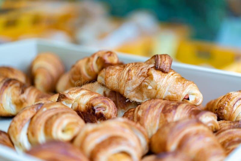 Eigengemaakt vers brood op het dienblad klaar om voor ontbijt in de ochtend te verkopen royalty-vrije stock afbeelding