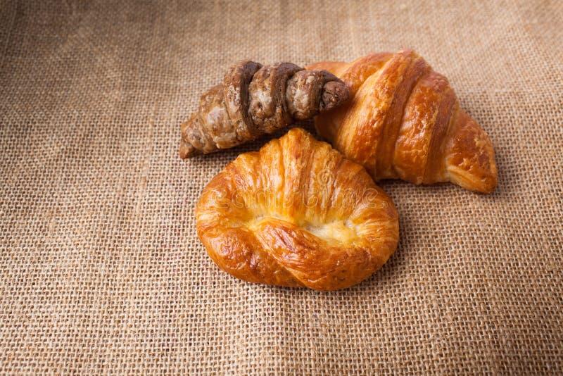 Eigengemaakt Vers croissant of broodontbijt voor goede gezondheid stock fotografie