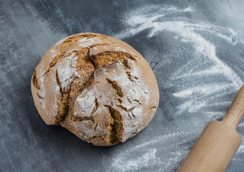 Eigengemaakt vers die brood van roggebloem wordt gemaakt royalty-vrije stock afbeelding