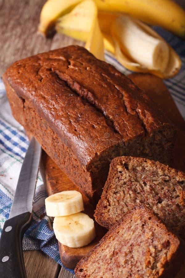 Eigengemaakt vers-gebakken banaanbrood op een lijstclose-up verticaal royalty-vrije stock afbeeldingen