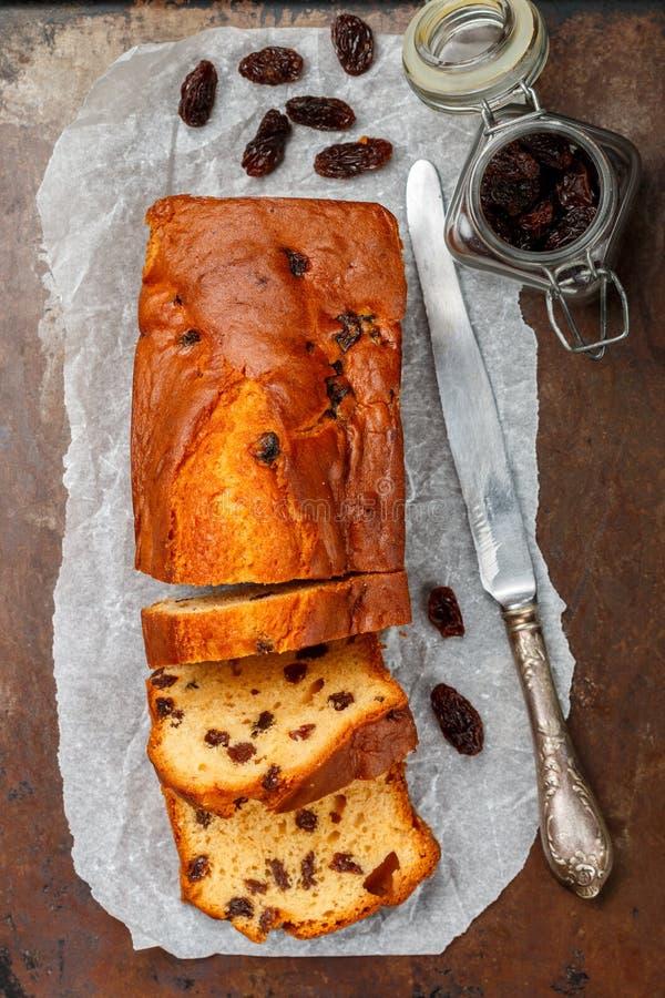 Eigengemaakt vers gebakken cakebrood met rozijnen Traditioneel behandel voor thee of koffie Pondcake royalty-vrije stock foto