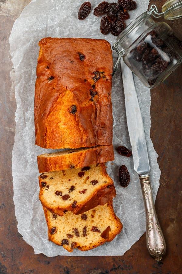 Eigengemaakt vers gebakken cakebrood met rozijnen Traditioneel behandel voor thee of koffie Pondcake stock foto's