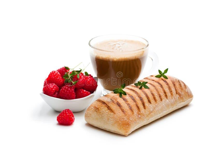 Eigengemaakt vers paninibrood met kop van cappuccino en raspberr royalty-vrije stock afbeelding