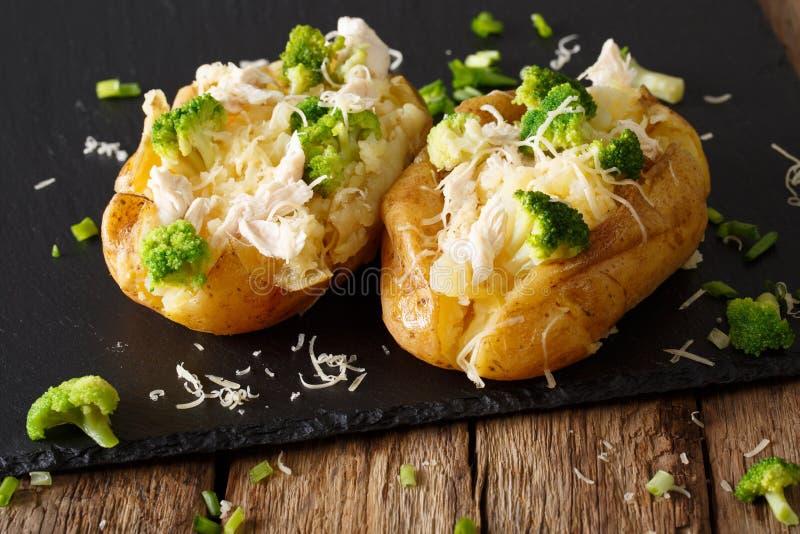 Eigengemaakte aardappel in de schil met broccoli, kippen en kaasclose-up royalty-vrije stock foto