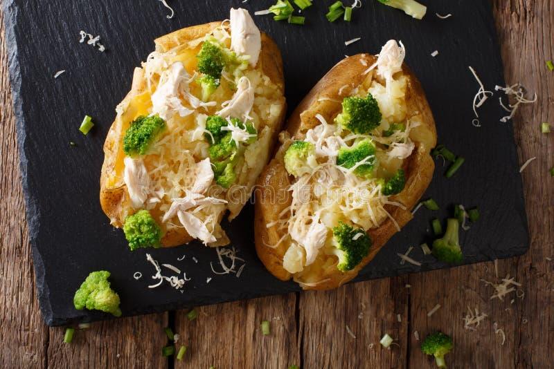 Eigengemaakte aardappel in de schil met broccoli, kippen en kaasclose-up royalty-vrije stock fotografie
