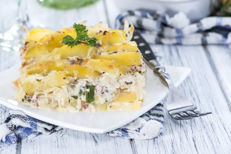Eigengemaakte Aardappelgratin stock afbeeldingen