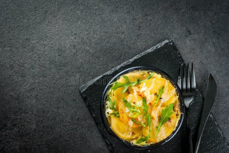 Eigengemaakte Aardappelgratin stock foto's