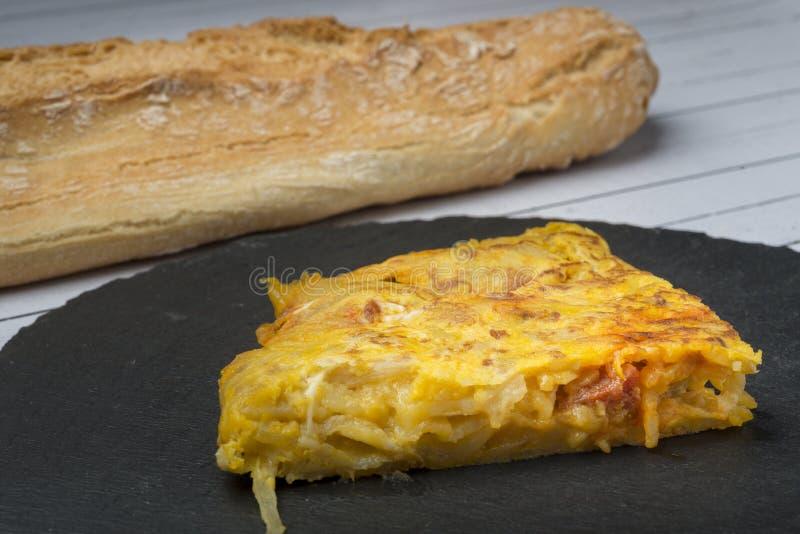 Eigengemaakte aardappelomelet met chorizo †‹â€ ‹- Spaanse traditionele schotel stock afbeelding