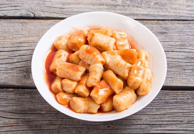 Eigengemaakte aardappelsgnocchi met tomatensaus royalty-vrije stock foto's