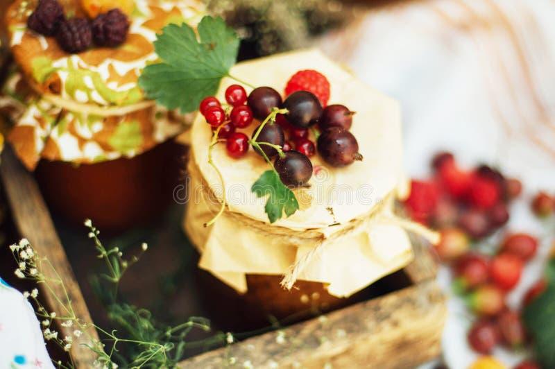 Eigengemaakte aardbeikuilen het dessert wordt gemaakt van moet en bloem geplaatste binnen kleine kruiken die Eigengemaakte frambo royalty-vrije stock afbeeldingen