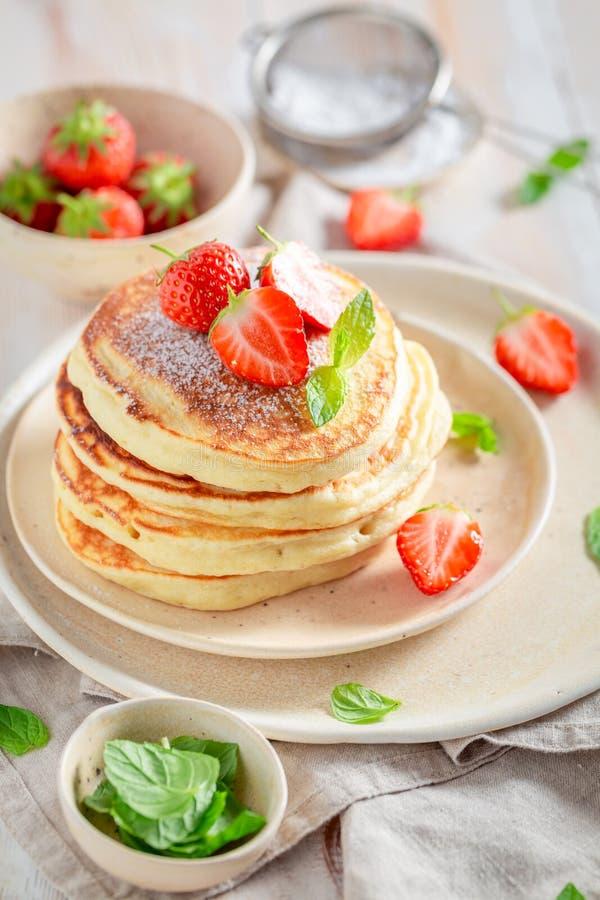Eigengemaakte Amerikaanse pannekoeken voor zoet en smakelijk ontbijt royalty-vrije stock fotografie