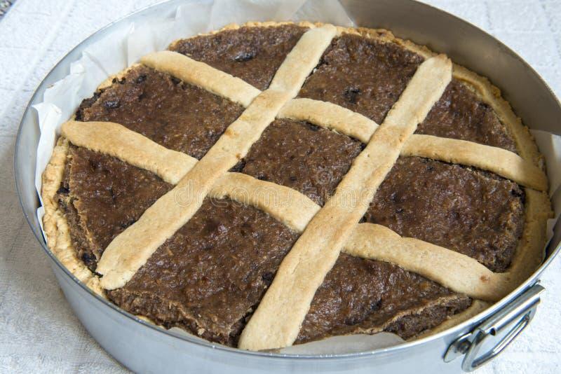 Eigengemaakte appelcake in de pan in de oven Italiaans voedsel royalty-vrije stock fotografie