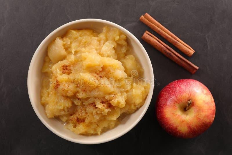 Eigengemaakte appelmoes met kaneel royalty-vrije stock afbeeldingen