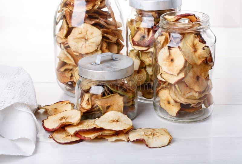 Eigengemaakte appelspaanders Gedroogd fruit stock afbeelding