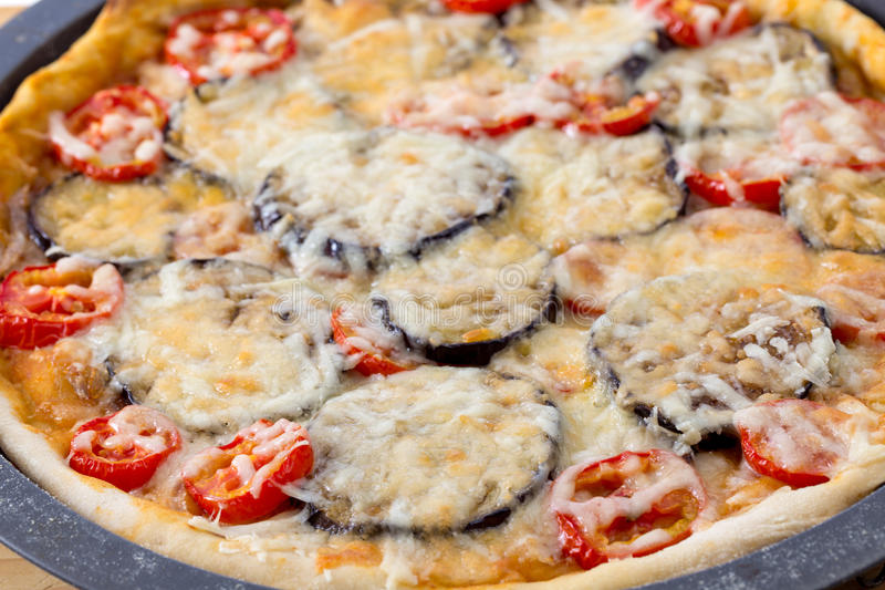 Eigengemaakte auberginepizza royalty-vrije stock afbeeldingen