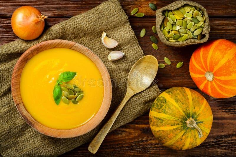 Eigengemaakte Autumn Butternut Squash Soup-plattelander royalty-vrije stock foto