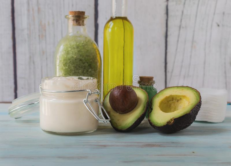 Eigengemaakte avocado spa met natuurlijke ingrediënten stock afbeelding