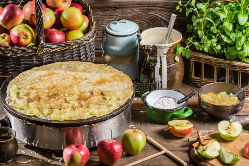 Eigengemaakte bakselpannekoeken met appelen stock foto's