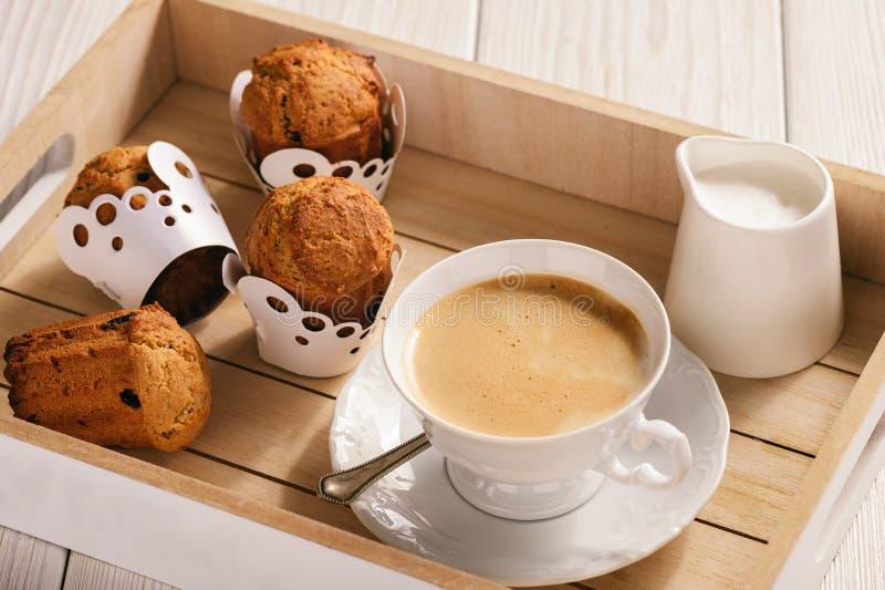Eigengemaakte boekweitmuffins, gluten vrij, op houten achtergrond stock foto's