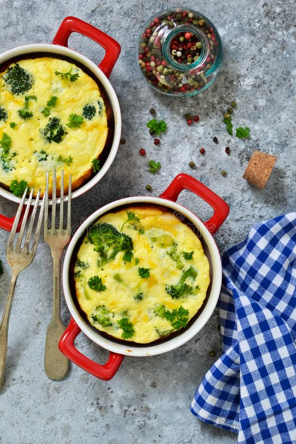 Eigengemaakte braadpan met broccoli en kaas royalty-vrije stock foto